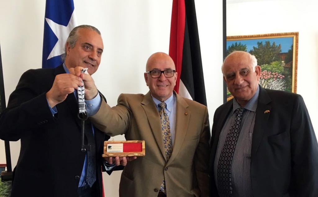 """El Señor Rateb Rabie presenta la """"Llave de Palestina"""" al Presiente del Centro Arabe, el Señor Alex Cattan.  De izquierda a derecha: Alex Cattan, Señor Rateb Rabie, y Antonio Hanania Batshon."""