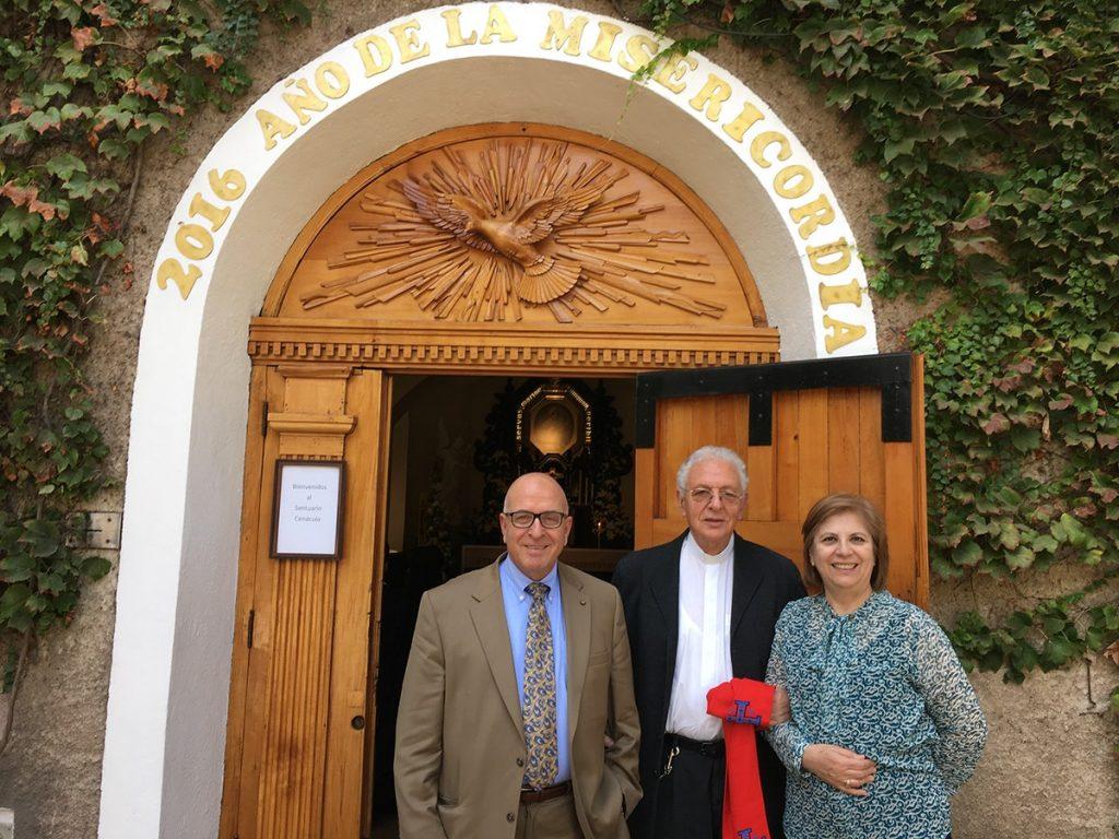 De izquierda a derecha: Sir Rateb Rabie, el padre Joaquín Alliende, y la Señora Rocío Rabie.