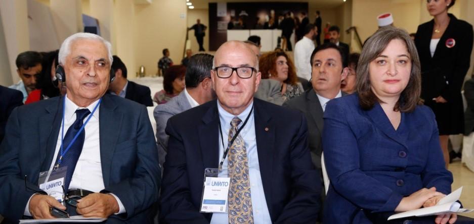 De izquierda a derecha: Sr. Samir Sarkis, Sr. Rateb Rabie, y S.E. Rula Ma'ayah.