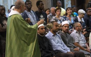 epa05449766 Members of the congregation in Santa Maria Trastevere church in Rome, Italy, 31 July 2016, during a multi faith service organized by Italy's Islamic Religious Community (COREIS). The organisation called on Muslims to join Christians in condemnation of Islamist terrorism after extremists murdered a Catholic priest, Jacques Hamel, during Mass near Rouen in France 26 July 2016.  EPA/MASSIMO PERCOSSI